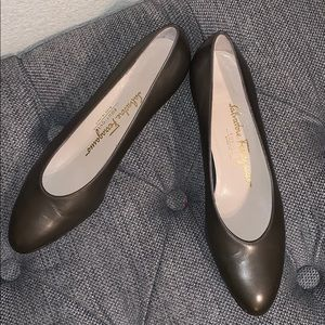 Salvatore Ferragamo Leather Flats in Gray Size 7B